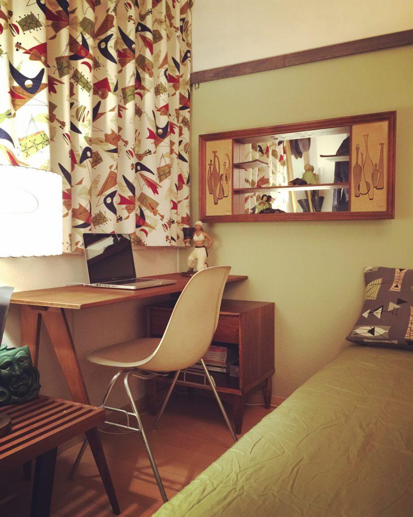賃貸の壁にフックを付けて家具を設置