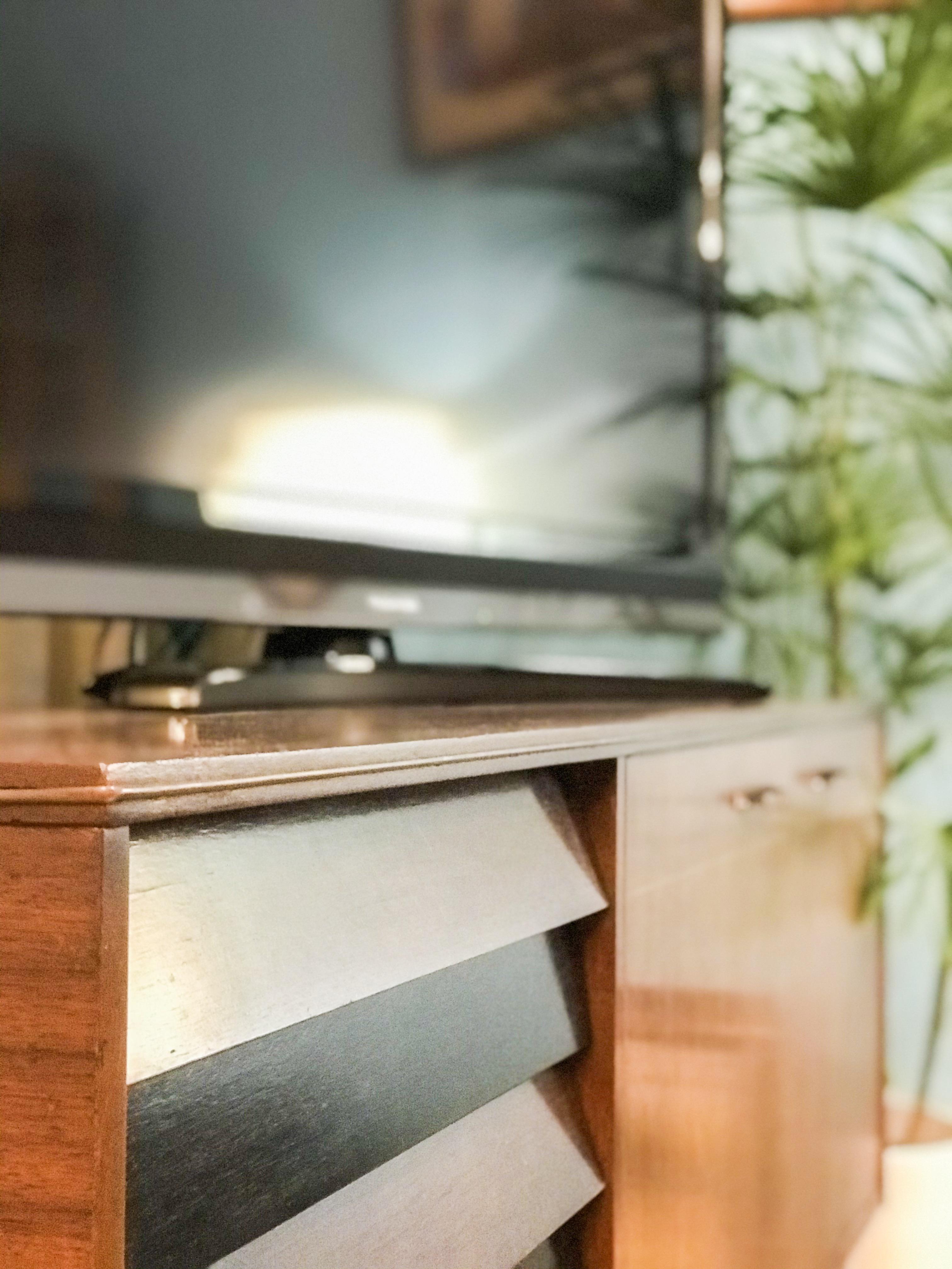 ミッドセンチュリーのサイドボードとテレビ