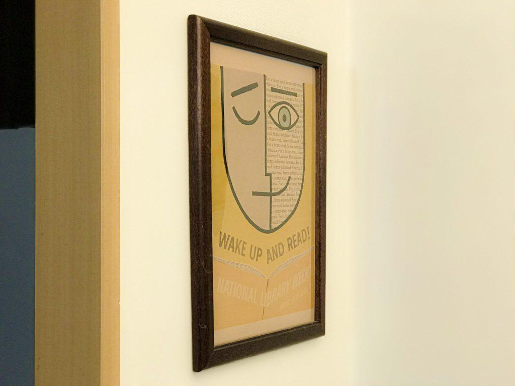 賃貸の壁に画鋲でポスターを飾る