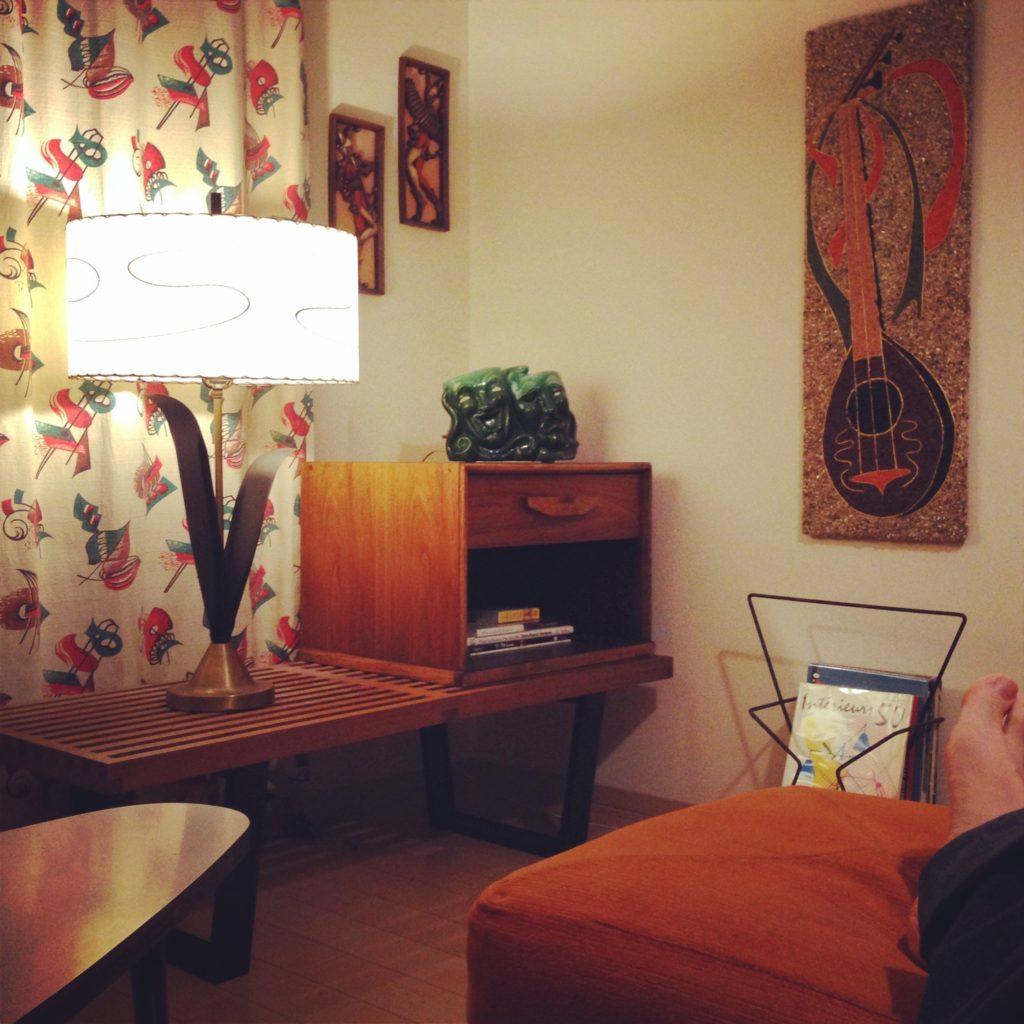 賃貸の壁に小さなビスやフックを付けて壁飾りを付ける