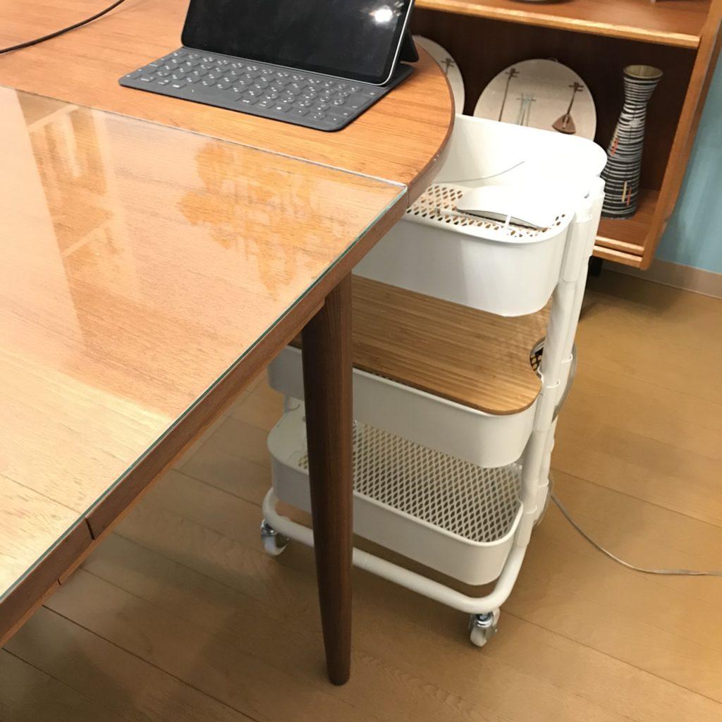ダイングテーブル下の充電ステーションとしてIKEAワゴン収納ロースルフトを使う