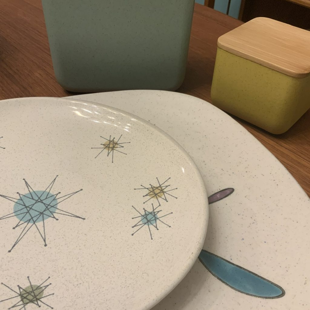 フライングタイガーのミッドセンチュリー に合うタッパー ビンテージ食器の質感とも合う